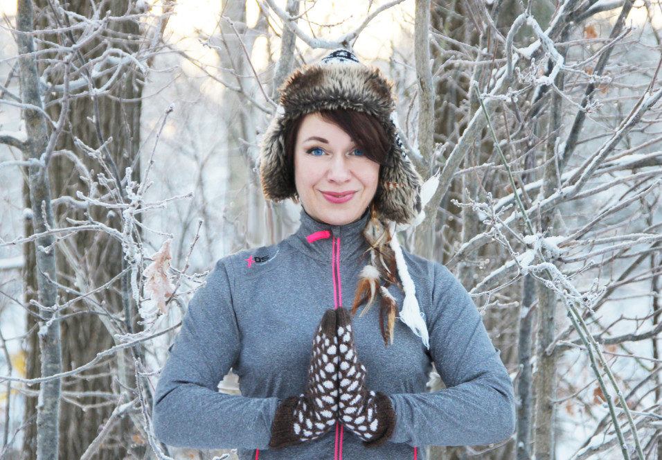 tanja-dyredand-snow-yoga-stressaav-956x664